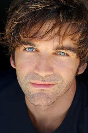 Close up Portrait eines gut aussehenden jungen Mannes mit schönen Ausdruck und funkelnd blauen Augen Standard-Bild - 7710725