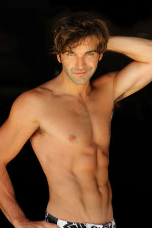 shirtless: Hombre joven muscular sexy feliz sobre fondo negro