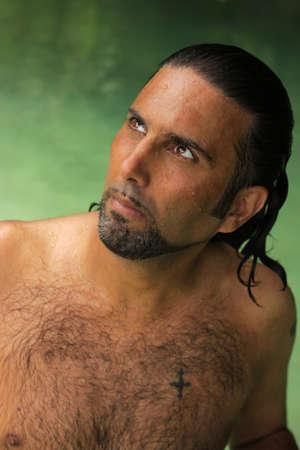 Portrait von einer intensiven shirtless männlich bis vor dem Hintergrund einer tropischen Grün Wasser suchen  Standard-Bild - 7815288