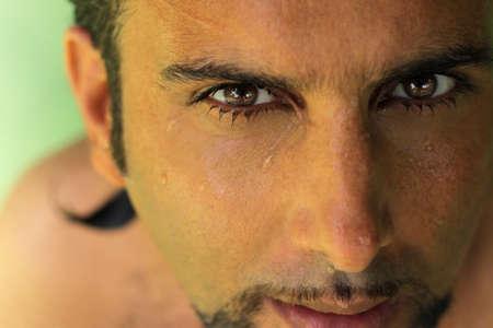 Gedetailleerde close-up van het gezicht van man met intens donkere ogen