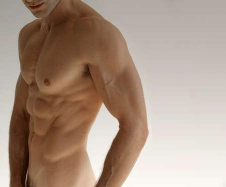 desnudo masculino: Modelo masculino sexy desnuda contra el fondo de neautral