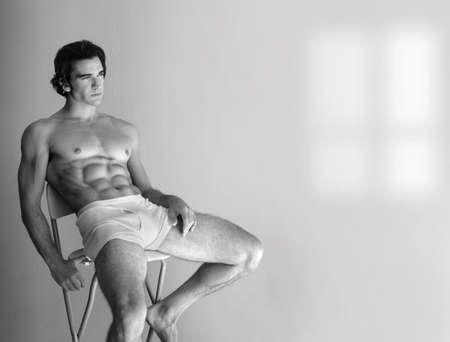 intimo donna: Sexy giovane uomo in biancheria intima reclinabili, ampi spazi di copia