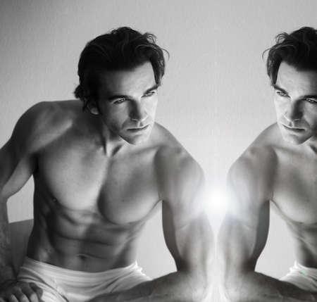 Sexy jeune musculaire regarder dans le miroir Banque d'images - 8288586