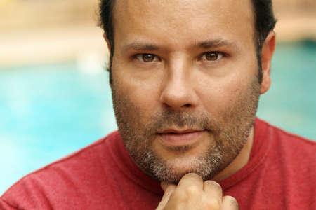 edad media: Close-up vieron retrato de un hombre de aspecto natural, pensando con contacto con los ojos