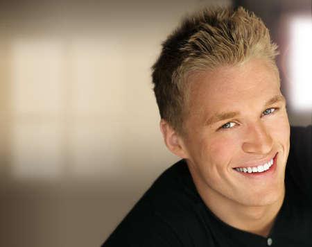 viso uomo: Closeup ritratto di un uomo di bel giovane happy business con luci di studio e sfondo moderno