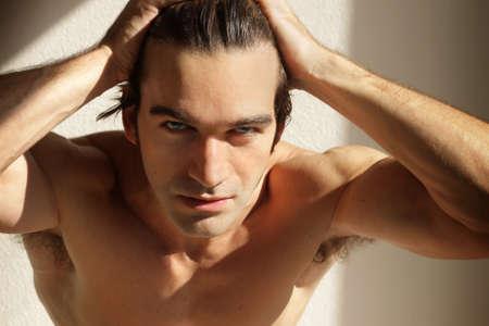 male headache: Din�mica retrato de un hombre de camisa sexy con las manos en la cabeza
