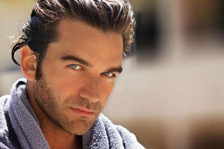 viso uomo: Outdoor closeup ritratto di un uomo bello, avvolto in towell dopo il bagno