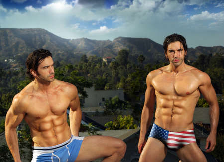 descamisados: Retrato de los gemelos de la modelo sexy fitness masculino al aire libre