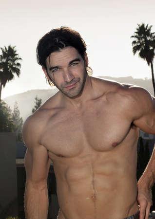 torso nudo: Ritratto estivo di un giovane uomo di bell'aspetto all'aperto Archivio Fotografico