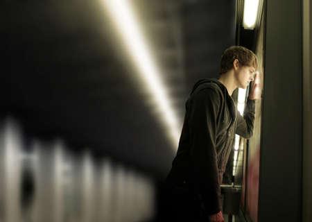 homme triste: Portrait d'un jeune homme déprimé dans la station de métro Banque d'images