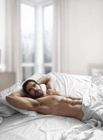 nackter mann: Portrait of a sexy naked Man im Schlafzimmer