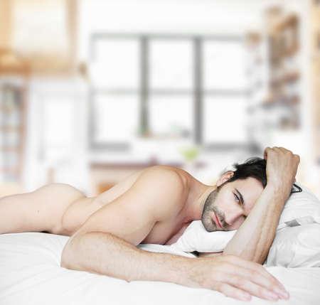 nudo maschile: Sexy maschio nudo modello nel letto a casa da solo Archivio Fotografico
