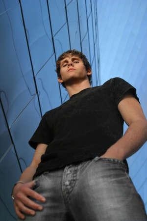 Ritratto di un giovane dal basso guardando in basso