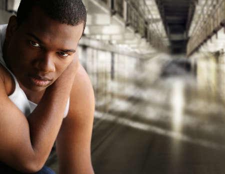 preso: Retrato de un joven en la cárcel Foto de archivo
