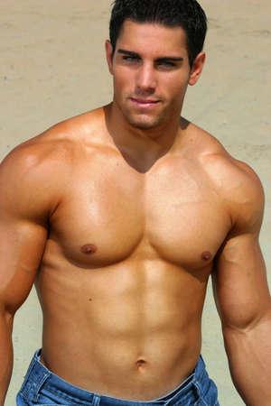 musculoso: Hombre descamisado muscular atractivo al aire libre