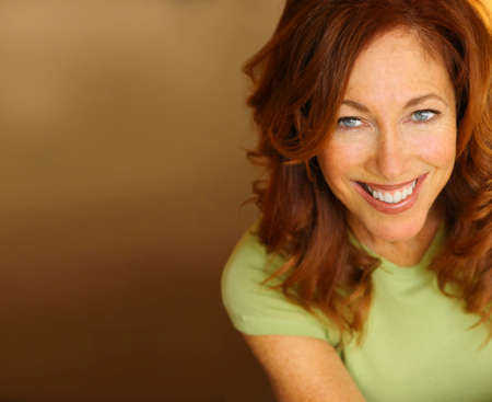 중립 배경에 대해 큰 미소와 아름 다운 여자의 초상화