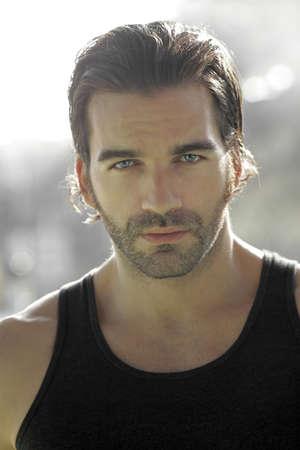 belleza masculina: Close-up retrato de un joven guapo modelo masculino al aire libre