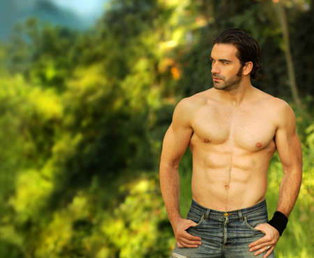hombre sin camisa: Retrato al aire libre de un modelo de buen ajuste buscando hombres sin camisa