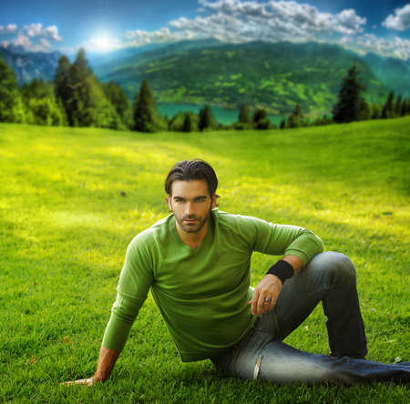 male fashion model: Retrato al aire libre de un hombre guapo en la creaci�n esc�nica natural
