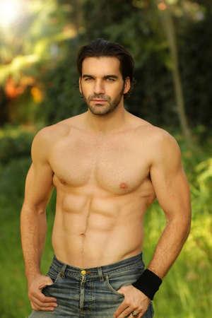 hombre sin camisa: Retrato al aire libre de una buena camisa modelo masculino busca adaptarse Foto de archivo