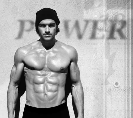 Sexy beeldende kunst in zwart-wit portret van een zeer gespierd shirtless mannelijk model
