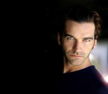 Close-up portret van een sexy mannelijk model met veel donkere kopie ruimte Stockfoto