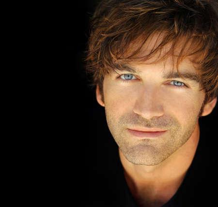 ojos azules: Clásico retrato de un hombre joven agradable con una expresión cálida
