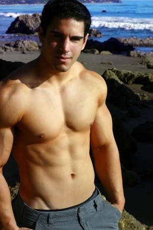 해변에서 젊은 남성 피트니스 모델
