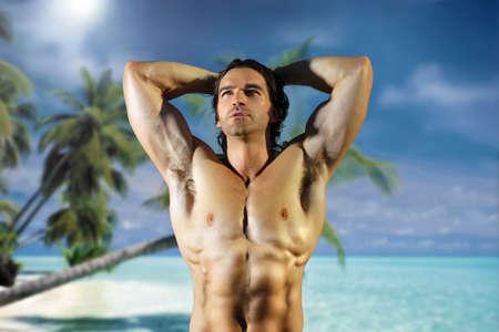 descamisados: Hermosa modelo sexy hombre en el para�so tropical perfecto Foto de archivo