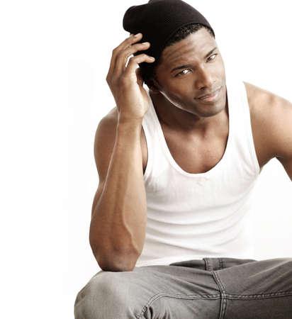 hombres de negro: Estudio de retrato de un apuesto joven negro contra el fondo neutro, con copia espacio