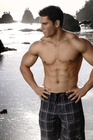 Mod?le de fitness jeunes sur la plage.