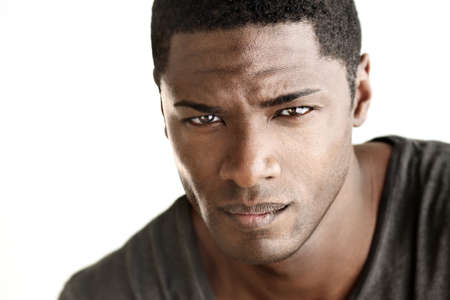 negras africanas: Muy retrato de detalle de la joven guapo mirando al espectador contra el fondo blanco neutro