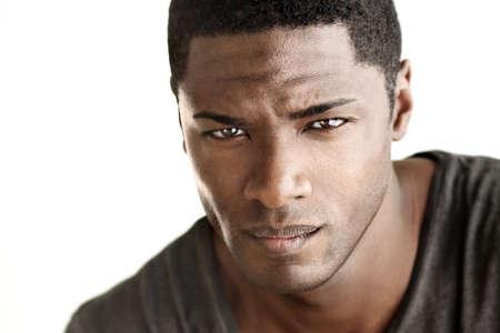 mannequin africain: Portrait tr�s d�taill�e de jeune homme cherche une bonne regardant spectateur sur fond blanc neutre
