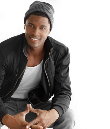 mannequin africain: Studio portrait d'un beau homme heureux jeune noir dans les v�tements � la mode contre un fond blanc avec copie espace