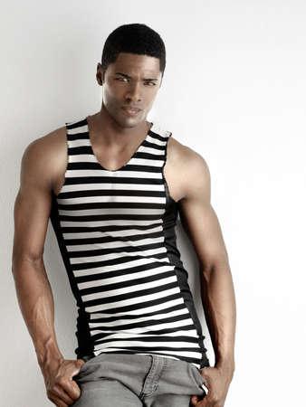 mannequin africain: Portrait d'un mod�le en forme de mode jeune homme contre un fond blanc