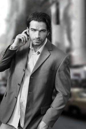 poses de modelos: Retrato de un hombre de negocios fr�o en la ciudad