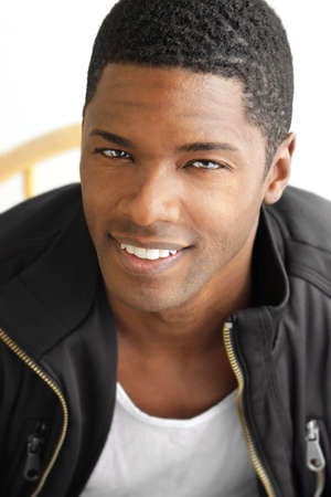 belleza masculina: Feliz retrato de un hombre negro cool joven con gran sonrisa