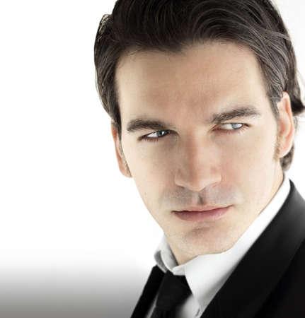 belleza masculina: Moda retrato de una joven sexy modelo masculino en los negocios usan contra el fondo luminoso y moderno Foto de archivo