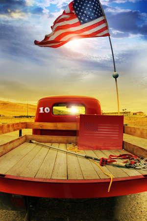 아메리: 빈티지 레드 빈티지의 컨셉 사진은 미국의 국기 농촌 극적인 cloudscape에 대해 위의 흔들며 픽업 트럭