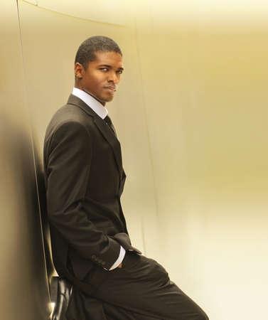 Warm gouden portret van een zelfverzekerde jonge zakenman met een kopie ruimte Stockfoto