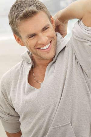 poses de modelos: Retrato al aire libre natural de una gran apariencia de modelo masculino joven con sonrisa con dientes grandes