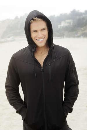 Les jeunes à l'extérieur du modèle masculin dans les vêtements actif stylsih avec le sourire heureux lumineux