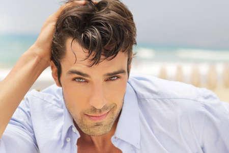 hair man: Outdoor portrait lumineux naturel d'un homme beau succ�s avec beau sourire