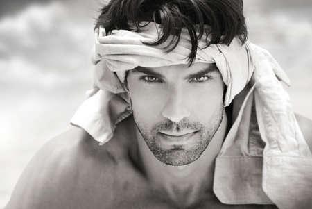 bonne aventure: Art du portrait en noir et blanc d'un extérieur belles masculin homme avec le tissu autour de la tête Banque d'images