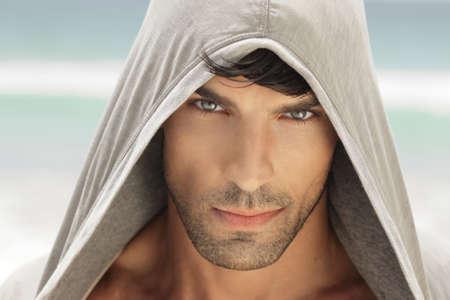 높은 세부와 좋은 눈을 가진 아주 잘 생긴 젊은 남자의 근접 촬영 초상화