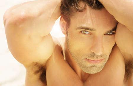 mannequins hommes: close-up portrait chaleureux d�taill�e de beau visage de jeune homme