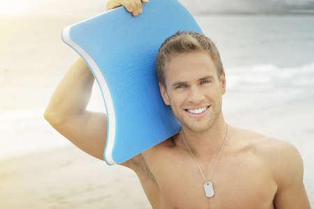 ni�o sin camisa: Feliz joven surfista en la playa