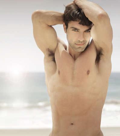 desnudo masculino: Al aire libre brillante retrato sensual de una hermosa modelo masculino desnudo