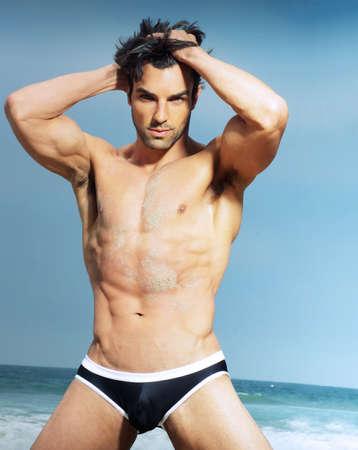 hombre desnudo: Hombre sexy posando sobre fondo de verano Foto de archivo