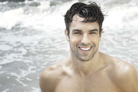 바다 물 배경에 웃 고 잘 생긴 행복한 사람